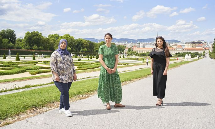 """Rawia Hayatleh, Samara Albinni und Lana Ali (v. l.) im Park des Schlosses Belvedere: Hayatleh und Ali haben die """"Mother School"""" bei Albinni absolviert."""