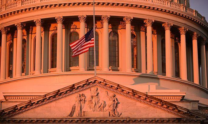 Die Flagge auf dem US-Kapitol in Washington wehte am Montagmorgen auf halbmast.