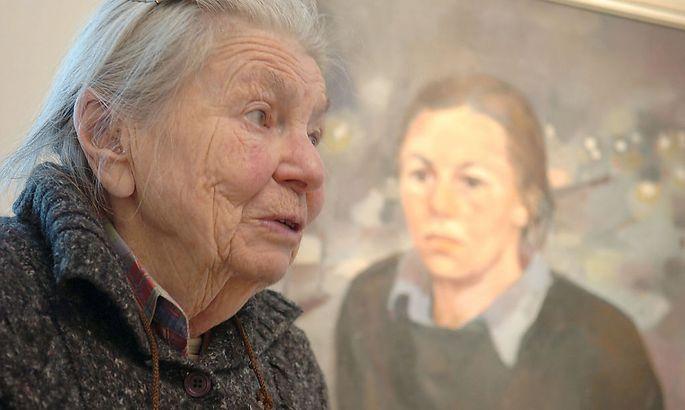 Edith Kramer, 2006, in ihrer Ausstellung in der Wiener Galerie Kovacek.