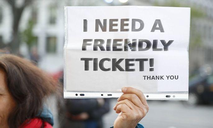 Eine Frau sucht eine Restkarte, aufgenommen am Dienstag vor dem Wiener Konzerthaus