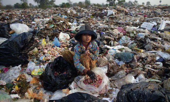 Siem Reap, Kambodscha: Die 11-jährige Soburn durchsucht Müll nach Dingen, die ihre Familie noch gebrauchen kann.