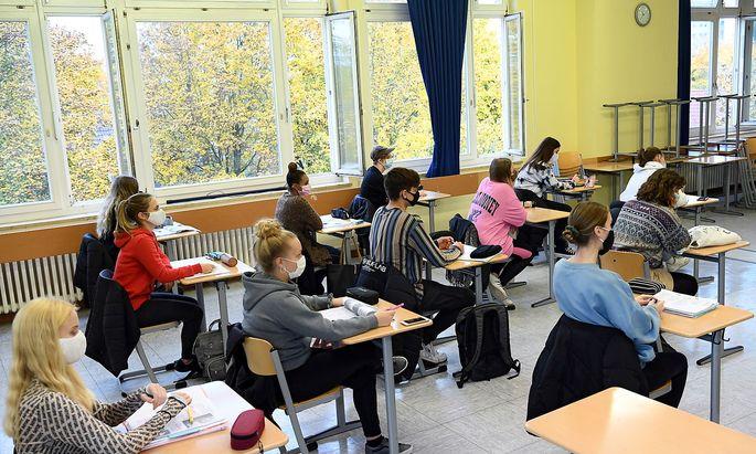 Offene Fenster in einer Klasse in Berlin - Alltag im Coronaherbst 2020.