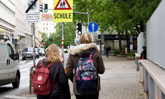 Für einen Teil der Schüler in Ostösterreich soll es ab Montag wieder zurück in die Schulen gehen.