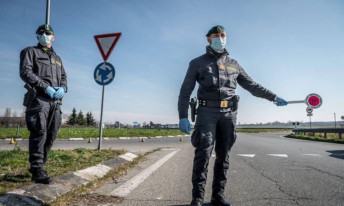 Coronavirus: Praeventionsmasznahmen in Italien Casalpusterlengo Road Blocks of the Guadia di Finanza and Carabinieri in Ca