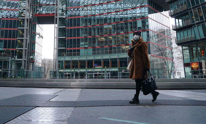 Archivbild: Eine Frau mit FFP2-Maske in Berlin