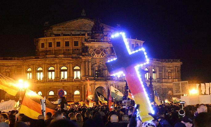 Pegida Demonstration auf dem Theaterplatz in Dresden Demo im Hintergrund die Semperoper Kundgebun