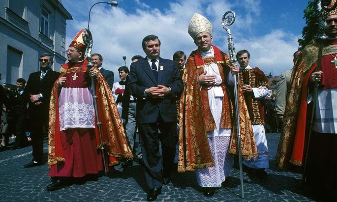 Mit Unterstützung von katholischen Kirchenfürsten (wie hier in Plock in Masowien) ging Arbeiterführer Lech Wałęsa im Frühjahr 1989 auf Wahlkampftour, um für Stimmen für die Solidarność-Opposition zu werben.