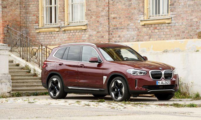 Verrät nur der genaue Blick: Dieser etwas geduckt wirkende BMW X3 fährt mit Strom und heißt iX3.
