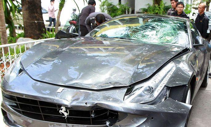 Der Ferrari von Vorayuth Yoovihy nach dem Unfall in Bangkok im Jahr 2012.