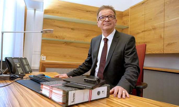 Sozialminister Rudolf Anschober (Grüne) an seinem neuen Schreibtisch