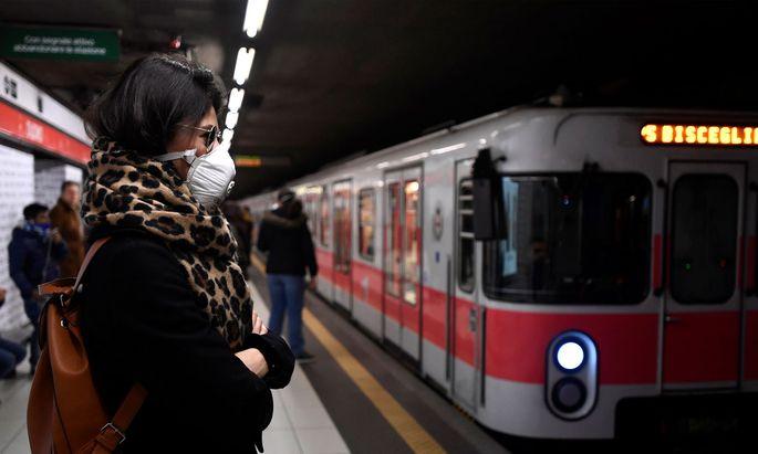 Eine Frau am Montag in einer Mailänder U-Bahn-Station.