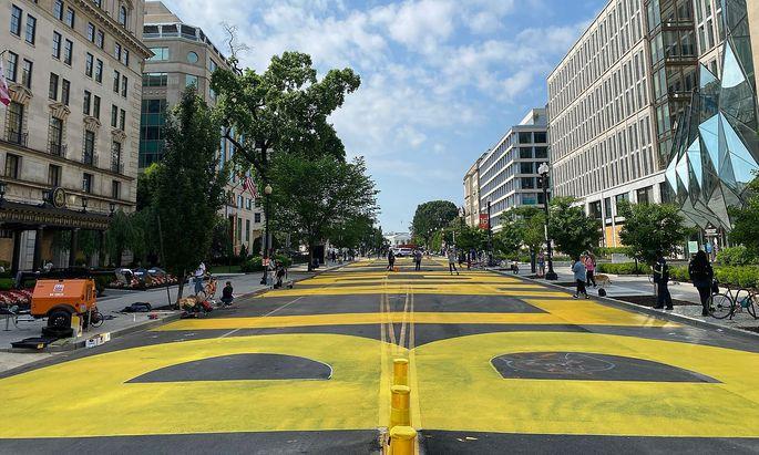 """Auf die 16. Straße ließ die Bürgermeisterin in riesigen gelben Lettern """"Black Lives Matter"""" pinseln."""