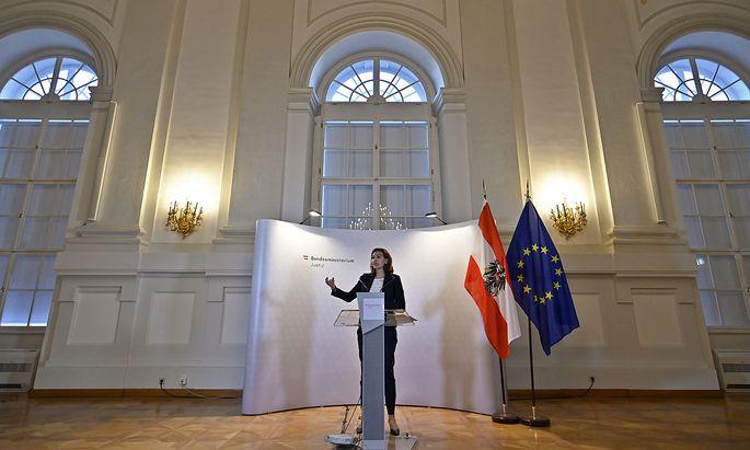 Justizministerin Zadić erklärt die neue Sektionsaufteilung.