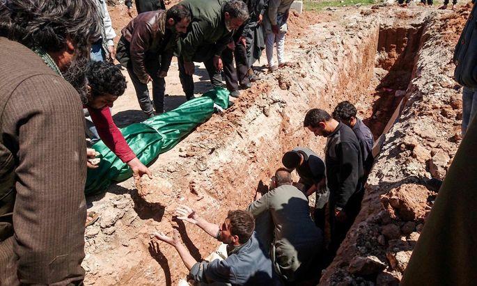 Nach der Attacke auf Khan Sheikhoun wurden am Mittwoch die ersten Opfer begraben.