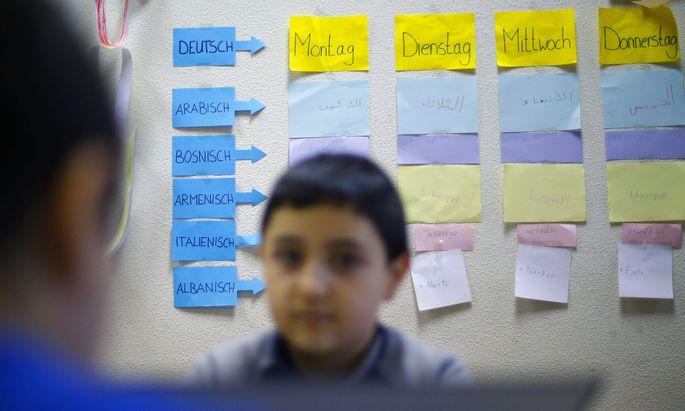 Bilingual unterrichtete Kinder erreichen ein höheres Sprachniveau als Kinder im monolingualen System.