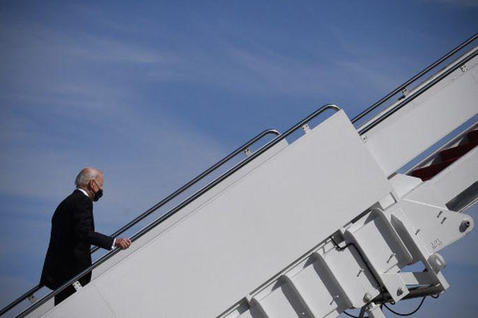 Joe Biden betritt ein Flugzeug. Mit der US-Wirtschaft geht es wieder bergauf.
