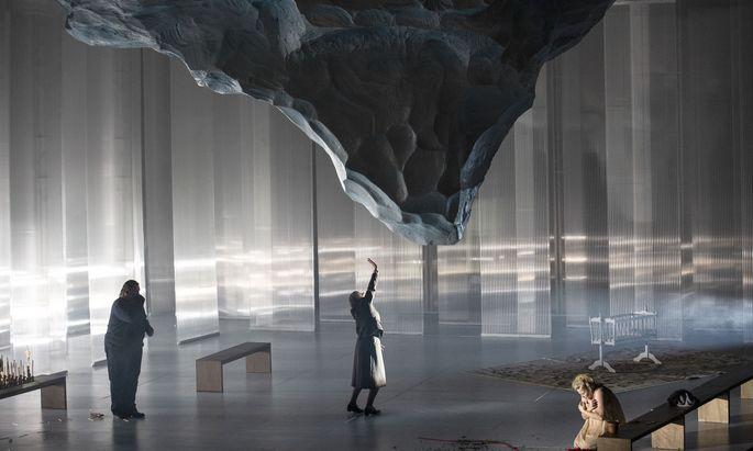"""Unter dem Meteoriten aus Eis: Stuart Skelton, Evelyn Herlitzius und Camilla Nylund in """"Jenůfa"""" in Berlin."""