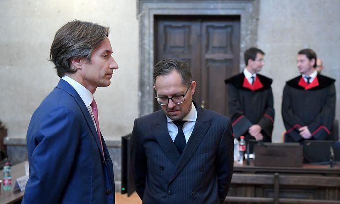 Ex-Finanzminister Karl Heinz Grasser (l.) mit Anwalt Norbert Wess. Im Hintergrund die Staatsanwälte Gerald Denk und Alexander Marchart.