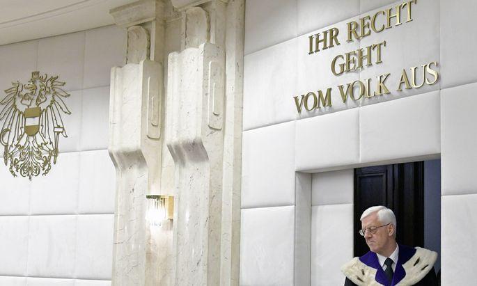 Gerhart Holzinger, Präsident des Verfassungsgerichtshofs, ist um eine straffe Verhandlungsführung bemüht