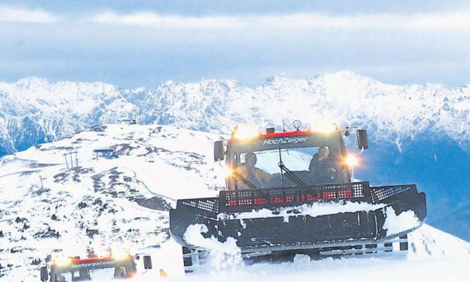 Mit dem Pistenbully durchs Skigebiet Hochzeiger im Pitztal. Interessierte können beim Präparieren 40 Minuten mitfahren. Anmeldung ist erforderlich, es gibt nur mehr wenige freie Termine. www. hochzeiger.com, www.pitztal.com