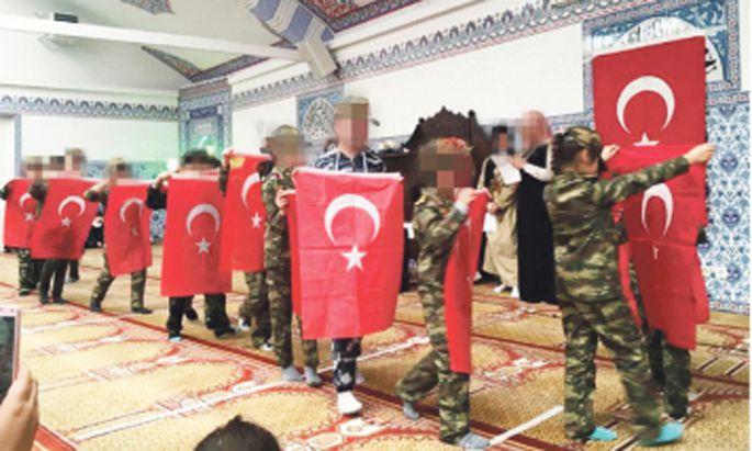 """Bilder der uniformierten Kinder wurden vom """"Falter"""" veröffentlicht"""