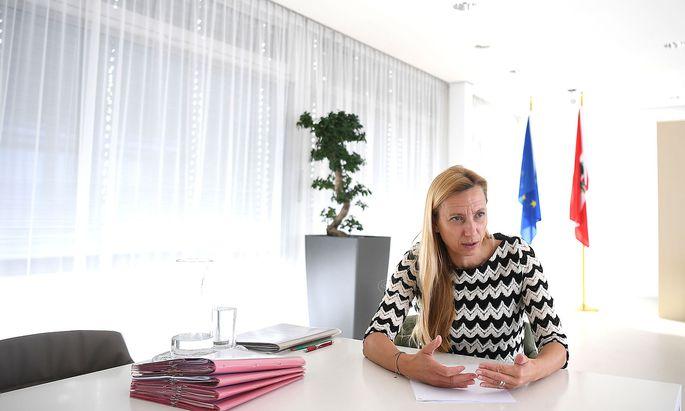 INTERVIEW: FRAUENMINISTERIN BOGNER-STRAUSS