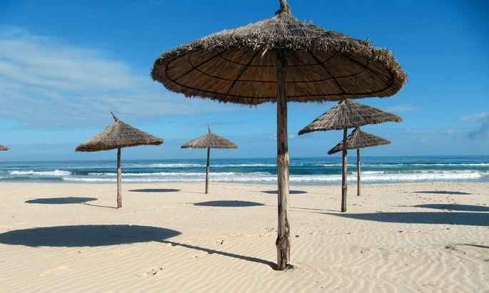 Strandzone. Mit 320 jährlichen Sonnentagen liegt Djerba an der Ostküste.