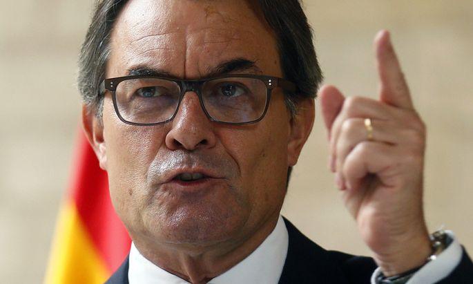 Catalan regional president Artur Mas gestures during a news conference at Palau de la Generalitat in Barcelona