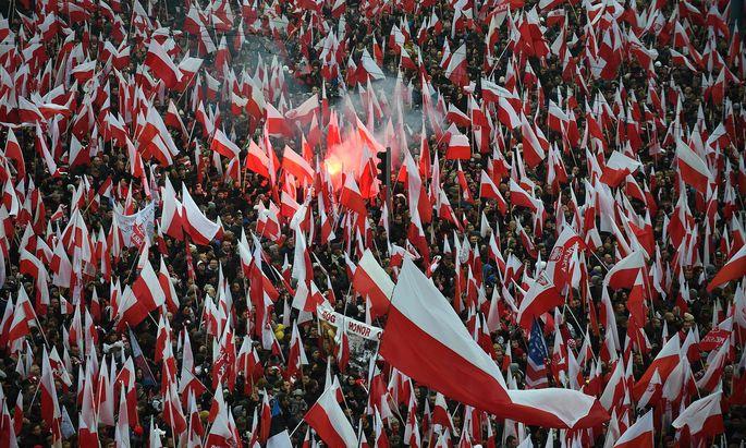 Vor allem die Armee sicherte den weitgehend friedlichen Umzug der laut Polizeiangaben rund 200.000 Bürger durch die Warschauer Innenstadt bis zum Nationalstadion auf der östlichen Weichselseite.
