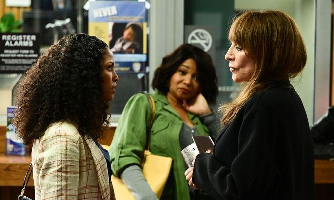 """Rebel"" (Katey Sagal, r.) mit Tochter ""Cass"" (Lex Scott Davis, l.) und Assistentin Lana (Tamala Jones)."