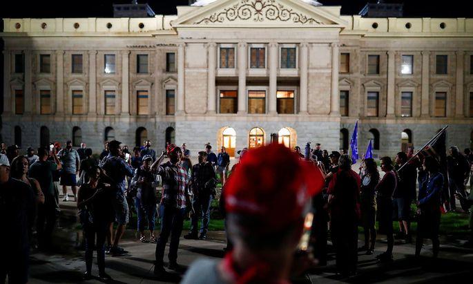 n Arizona demonstrieren Trump-Anhänge vor dem Staatskapitol in Phoenix.