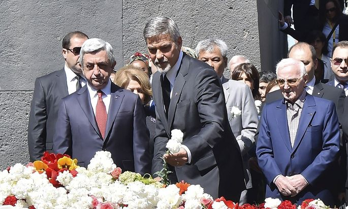Armeniens Präsident Sargsjan (li), hier mit US-Star George Clooney, bei einem Gedenken an das Massaker an den Armeniern.