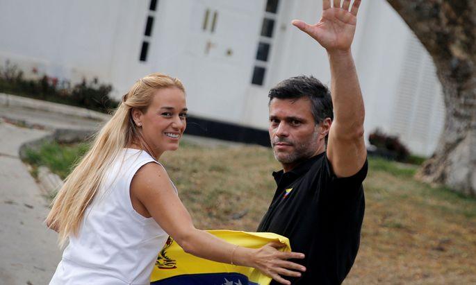 Oppositionsführer Leopoldo L´opez und seine Frau, Lilian Tintori, vor der spanischen Residenz in Caracas.