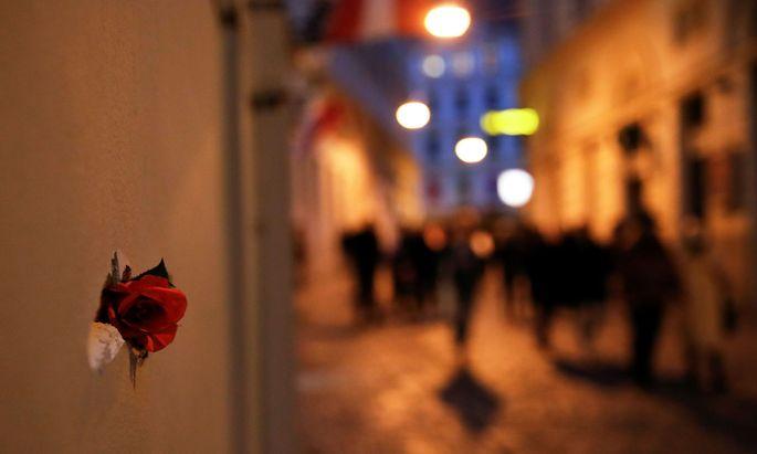In eine Einschussstelle wurde eine Rose gesteckt.