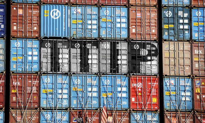 Containerladung mit TTIP-Protestaktion – ein Symbol für den umstrittenen internationalen Handel.