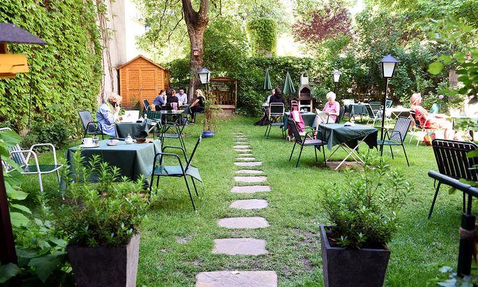 In einem kleinen Hinterhof eines Biedermeierhauses in der Stumpergasse in Wien-Mariahilf ist der Gastgarten des Gartencafés versteckt.