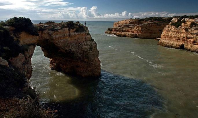 Klippen, nicht für die Ewigkeit: Die Felsküste an der Algarve wird unterspült. Beim Wandern nicht zu weit an die Kante!