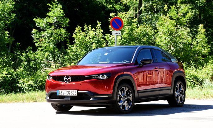 Um die 200 km Reichweite, die ein Range Extender in Mazdas MX-30 beliebig boosten könnte. Unten: Portaltüren.
