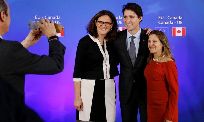 Siegeslächeln: EU-Handelskommissarin Malmström, Kanada-Premier Trudeau und Handelsministerin Freeland (v. l.) in Brüssel.