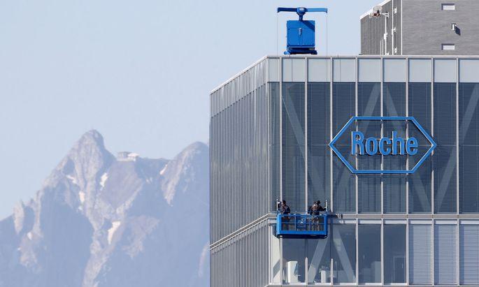 Unterm Strich bleibt dem Unternehmen von seinem Corona-Abenteuer bisher nur wenig. clean windows of a building of Roche in Rotkreuz