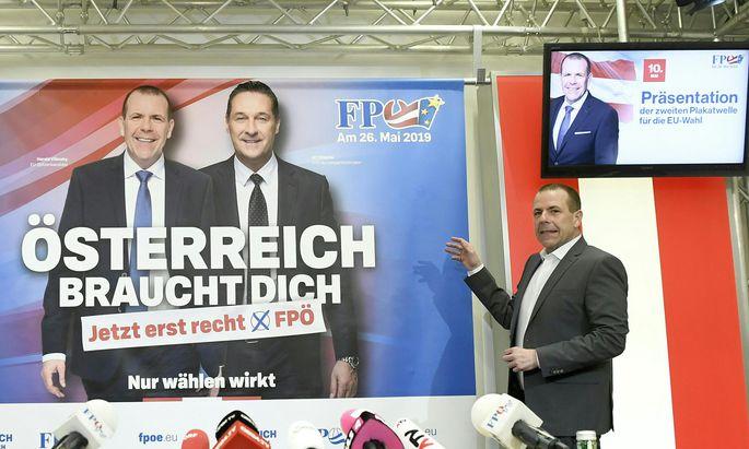 EU-Mandatar Harald Vilimsky deutet auf ein Wahlplakat mit H.-C. Strache, seinem Exchef bei der FPÖ.
