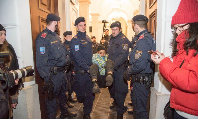 Räumung des Festsaals der TU Wien: Manche der Besetzer wurden von der Polizei aus dem Uni-Gebäude getragen.