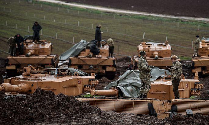 Türkische Soldaten bei ihren Leopard-Panzern.