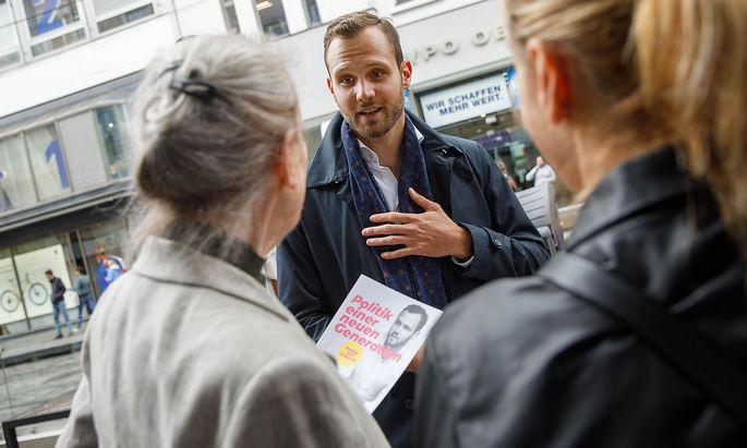 Felix Eypeltauer beim Straßenwahlkampf auf der Linzer Landstraße.