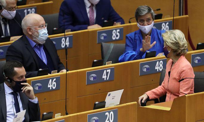 Kommissionspräsidentin Urusla von der Leyen stellte ihr Zukunftsprogramm im Europaparlament vor (im Bild ganz rechts mit Blick auf die Kommissare Margrethe Vestager und Frans Timmermans).