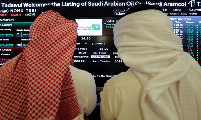 Investoren verfolgen den Aktienkurs von Saudi Aramco an der Börse in Riad.