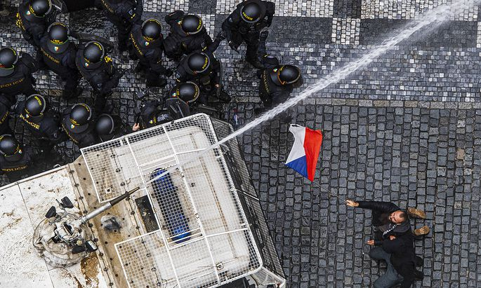 Am Sonntag kam es in Prag zu Protesten gegen die Coronavirus-Maßnahmen der Regierung. Die Polizei setzte Wasserwerfer ein.