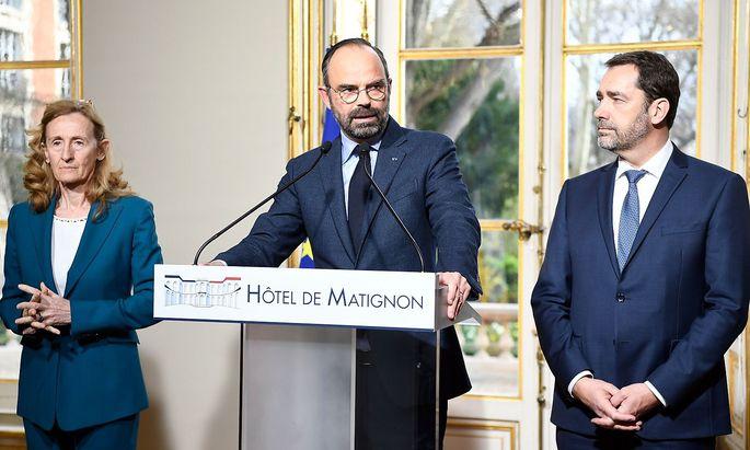 Édouard Philippe erklärt in einer Pressekonferenz den Personalaustausch in Paris.