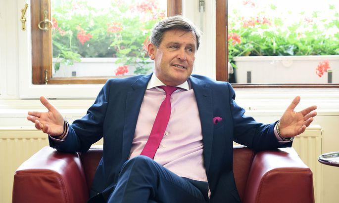"""Peter Hanke (SPÖ), Wiener Finanz- und Wirtschaftsstadtrat, beim Interview mit der """"Presse"""" in seinem Büro im Rathaus."""