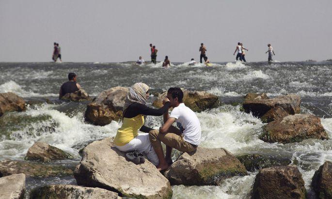 Grand Ethiopian Renaissance Dam 8 WELTJOURNAL DONNERSTAG, 22. MÄRZ 2018 Die Lebensader Ägyptens. Bewohner eines Vorortes von Kairo kühlen sich im Wasser des Flusses Nil ab.